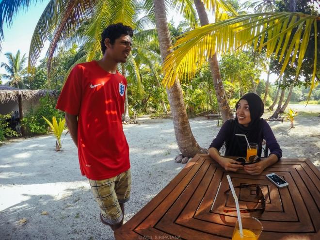 เมื่อมาถึง Thinadhoo เด็กหนุ่มของ Oceanic Village guesthouse มาให้บริการอย่างดี ภรรยาผมหิวมาก เลยขออาหารเที่ยงกิน